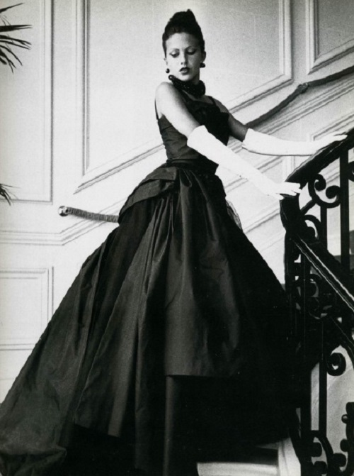 Slim waist, corset, white gloves, black earrings, the contrast of black and white, and Victorian era ideas – this was the new look of 1950s by Christian Dior