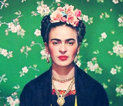 Gold jewellery set of pendant and earrings. Frida Kahlo