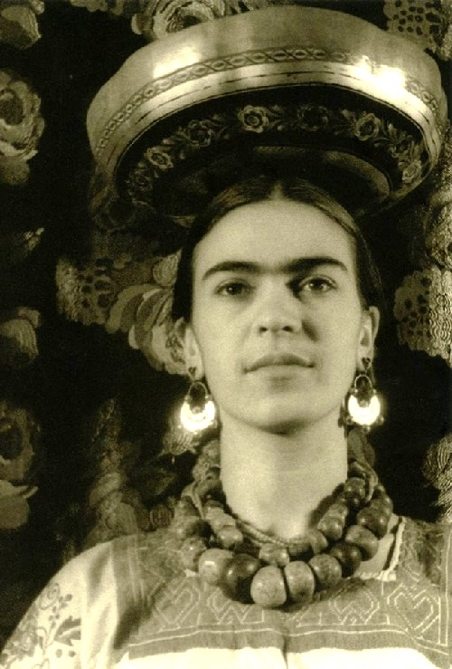 Stone beads and gold earrings. Frida Kahlo