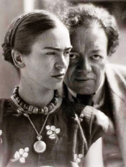 Alongside with beads – a chain with a pendant. Frida Kahlo and Diego Rivera