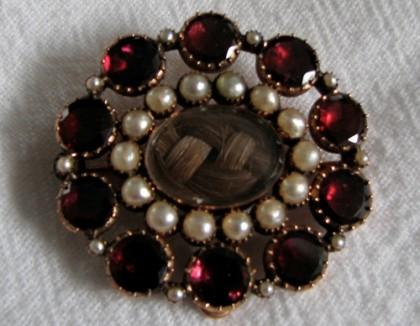 Retro brooch – hair, pearls and black garnet
