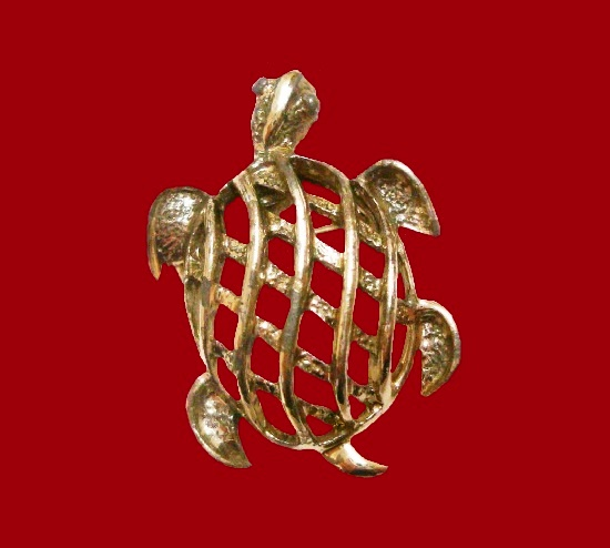 Open work turtle brooch of gold tone. 3.2 cm. 1980s