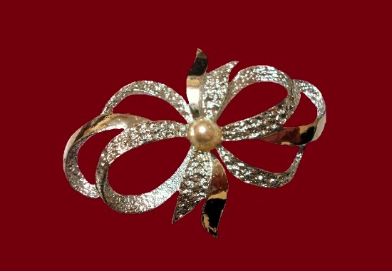 Silver tone bow brooch. 5.7 cm. 1970s