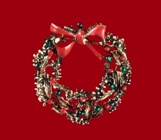 X-Mas wreath brooch. Gold tone alloy, enamel, faux pearls, glass. 4.5 cm. 1980s