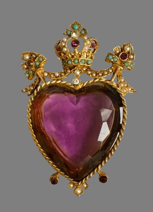 Crown topped heart brooch. Jewelry alloy of gold tone, pearls, crystals. 6 cm