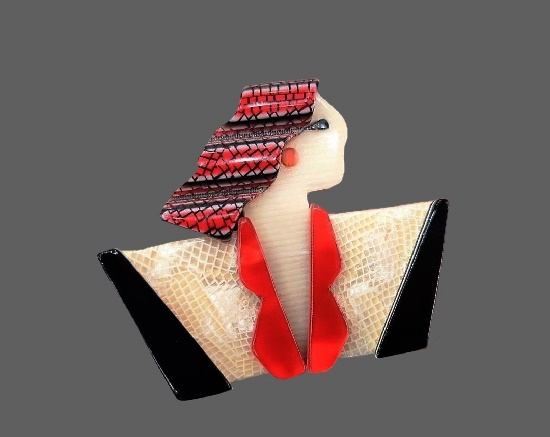 'Joan Crawford' plastic brooch. 6 cm. 1970s