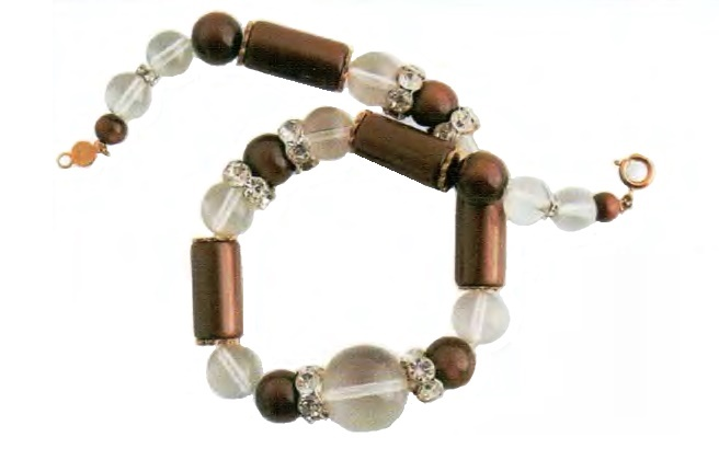 Necklace. Pearly brown plastic, transparent lucite with inclusions, transparent rock crystal. 1970. 40.5 cm. £ 50-55 ABIJ