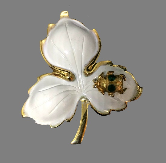 Spider on a leaf exquisite vintage brooch pin. Gold tone jewelry alloy, white enamel, rhinestones