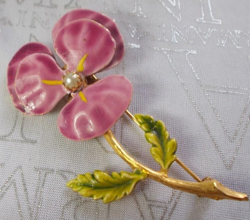 Violet brooch. Enamel and artificial pearl in gold tone