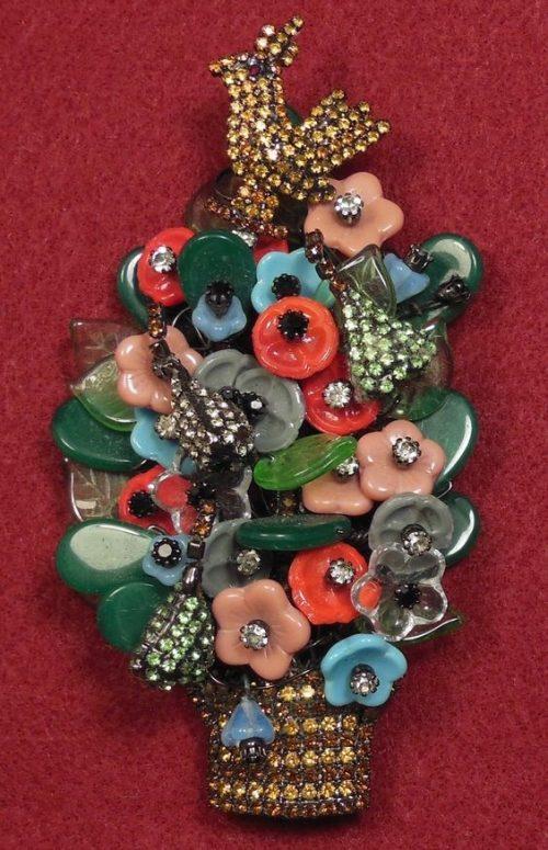 A bird in a flower bouquet brooch