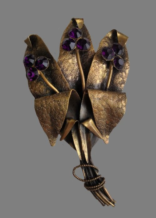Flower bouquet vintage brooch. 1940s. Textured metal of bronze tone, glass cabochons. 10.8 cm