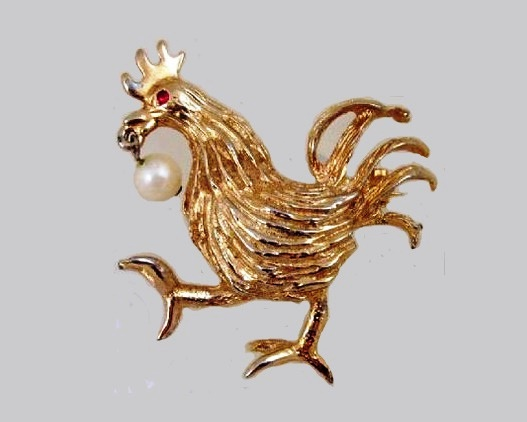 A rooster brooch. Golden alloy, imitation of pearl