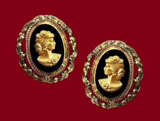 Cameo gold tone earrings. 2.5 cm. 1970s