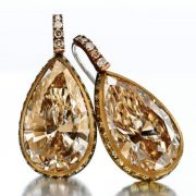Earrings with luxurious colored pear-shaped diamonds