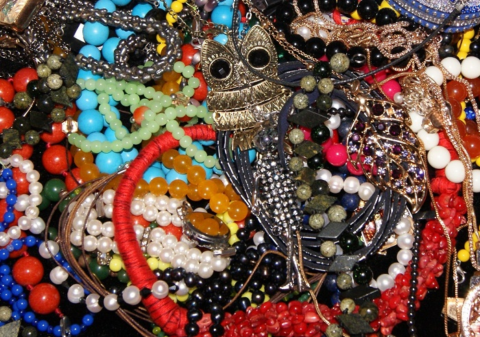the jewelry must necessarily shine, and the more they sparkle, the better