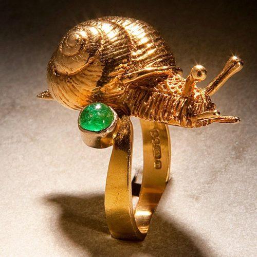 Crawling snail ring. Gold, emerald