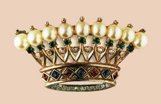 Crown brooch. Gilded silver, emerald, ruby and transparent rock crystal, artificial pearls. 1940's. 5.5 cm £ 180-200 TR