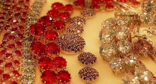 Diamonds, emeralds or rubies in gold or platinum (70, 75 years)