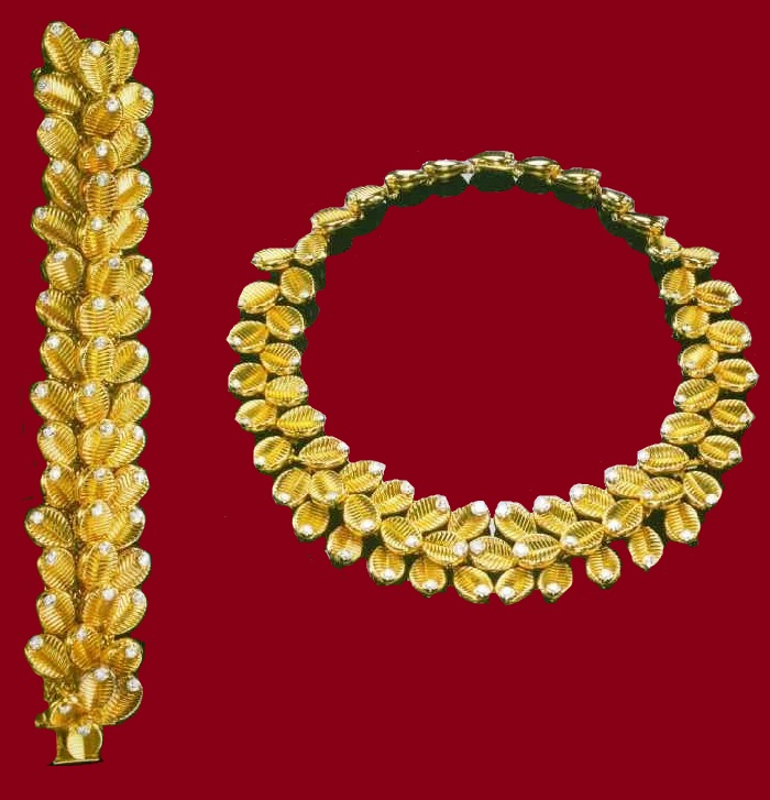Semi-parure of gold and diamonds, including a necklace and bracelet with motifs of coffee beans. 1953