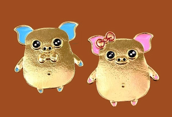 A couple of cartoon pigs, gold tone brooches