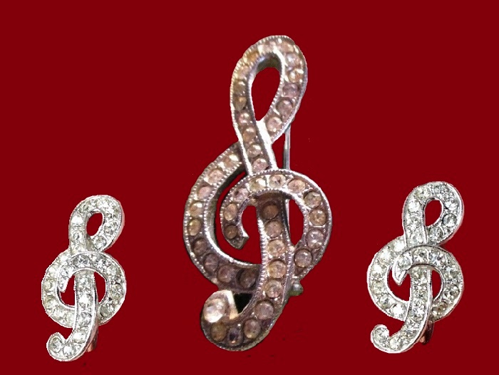 A musical symbol set of brooch and earrings. 1970s. Rhinestones, jewellery alloy of silver tone