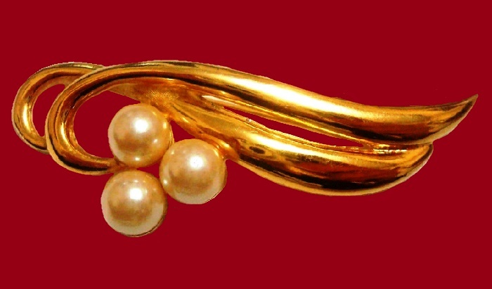 Artificial pearls, jewelery alloy. Size 6.5 x 2.3 centimeters