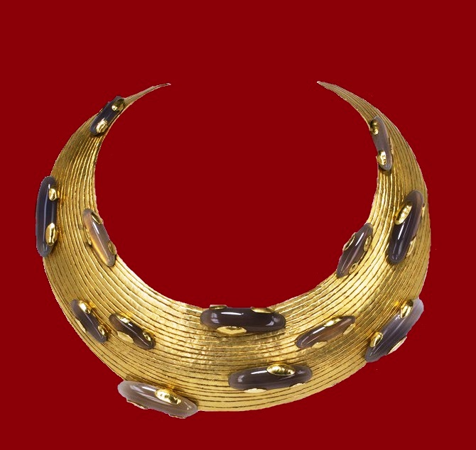 Crescent-shaped Necklace