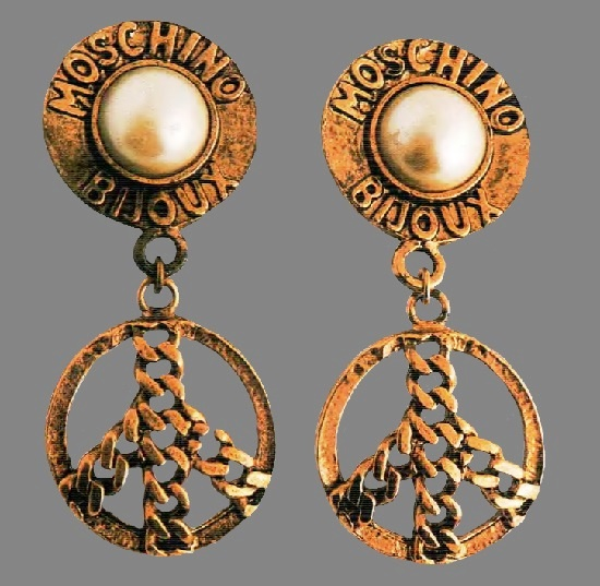 Earring-clips. Ancient metal of gold tone, cabochon - artificial pearls, framing - the name of the trade mark 'Moschino Bijou', chains - a symbol of peace. 1980's. 7.5 cm £ 15-20 MILLB