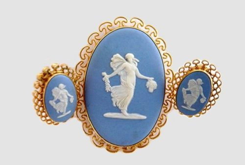 Exquisite brooch and clips made of 12-carat gold, with an insert of blue English porcelain. 4.5 x 3.5 cm. Clips 2 x 1.5 cm, marking on porcelain - Wedgwood made in England