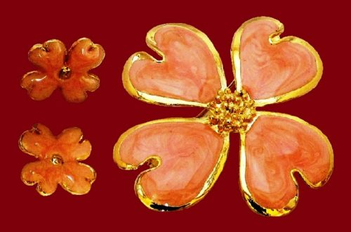 Four-leaf flower brooch and stud earrings. Jewelery alloy, polished gold finish and decorated with pink enamels with pearlescent effect