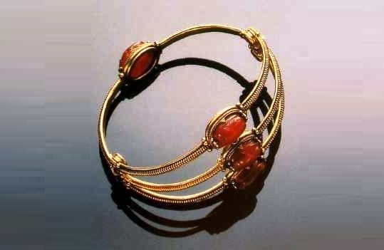 Gold bracelet in Etruscan style with carnelian scarves, copied from Egyptian originals, decorated with twisted wire and granulation. 1860