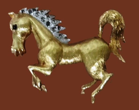Horse brooch. Goltone metal, rhinestones
