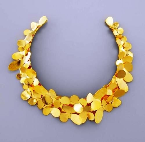 Impressive gold necklace
