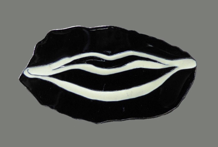 Mouth brooch, 7cm, made of metal, enameled