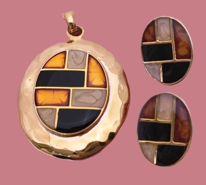 A set of necklace and earrings. Gold tone metal, enamel