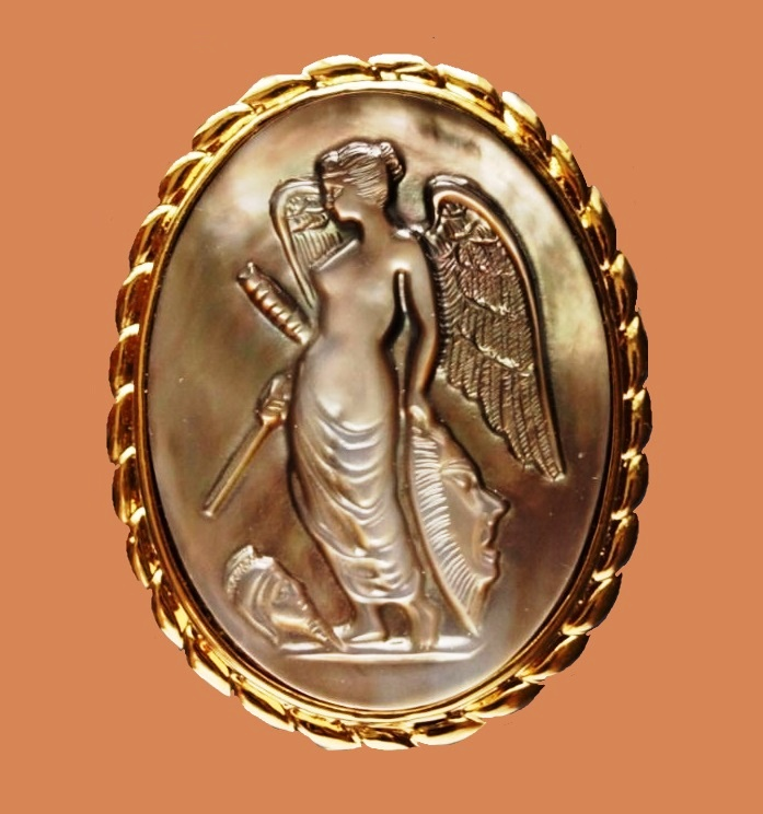 Angel brooch-pendant. Mother of pearl, gold plated metal