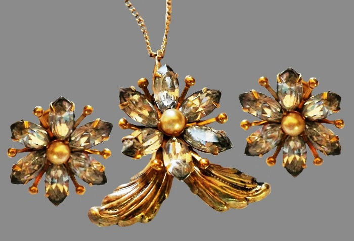 Beautiful set - flower necklace and earrings. Gold plated, faux pearls, rhinestones