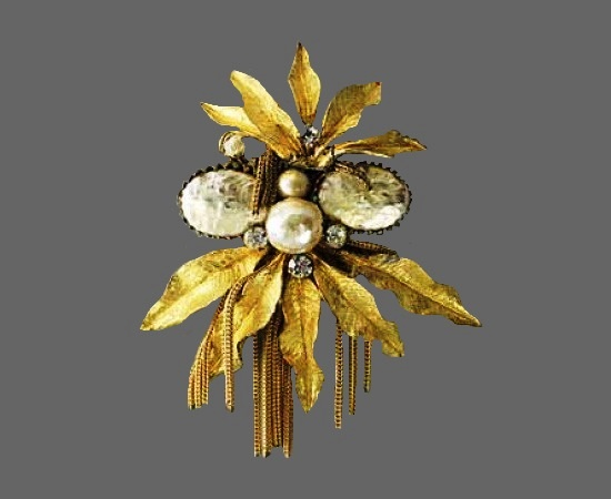 Bouquet with pearls vintage brooch. Gold tone metal alloy, rhinestones, faux pearls. 1940s. 8 cm