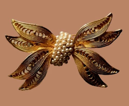 Bow brooch. Jewellery alloy of gold tone, faux pearls