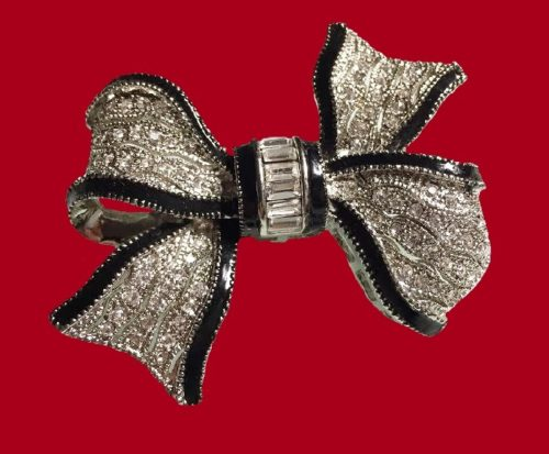 Bow vintage brooch. Swarovski crystals, black enamel, jewelery alloy silver tone. 4.5 x 5.5 cm. 1990s