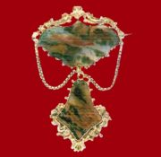 Brooch with suspension. Gold, agate of marsh color. 1900. 6.5 cm £ 550-850 JHB