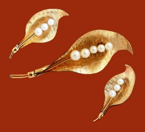 Charming set of brooch and earrings. Faux pearl, gold plated