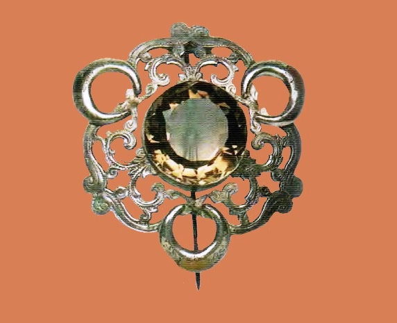 Charming silver brooch. Topaz in the center, inlaid with agate. 1860s 5.75 cm £ 350-450 GS