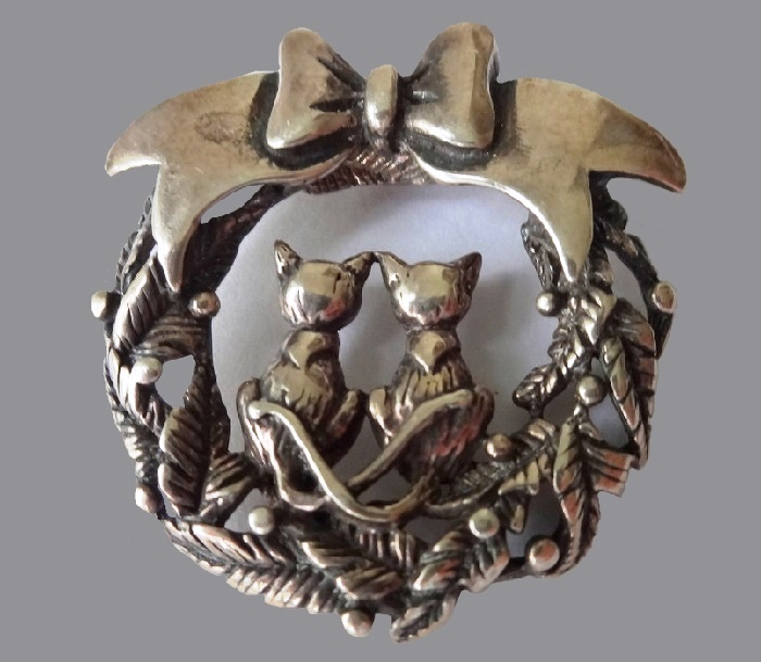 Christmas Wreath Cats brooch-pin