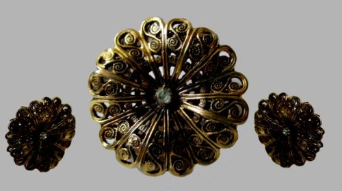 Filigree brooch and earrings of metal of gold tone
