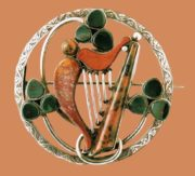 Harp brooch. Inlay with red and black agate. 1880s 5.75 cm £ 800-1.000 LYNH