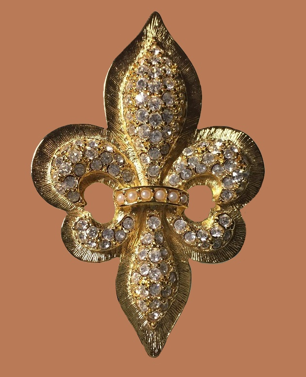 Heraldic brooch in the form of the Royal Lily 'Fleur de lis'. Artificial pearls, Swarovski crystals, jewelery alloy of gold tone. 4.2 x 6.4 cm. 1990s