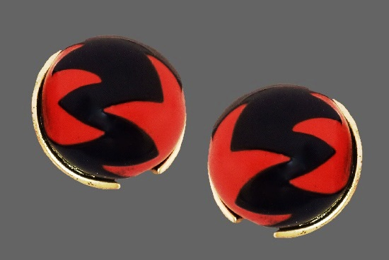 Red and black enamel gold tone clips. 3 cm. 1970s