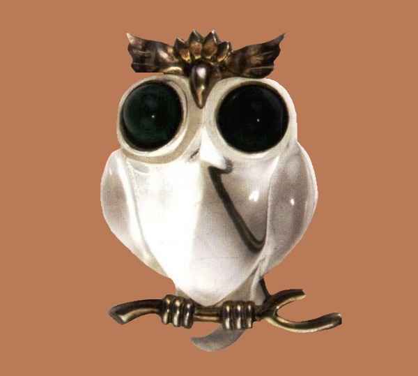 Owl brooch, 1945. Manufacturer Elzac California Jewelry & Gift Ware. Gold-plated sterling brooch, carved lucite and green cabochons, depicting an owl on a branch. 6x4.2cm. Marked Sterling
