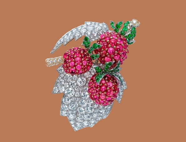 Raspberry brooch in platinum, diamond and garnets